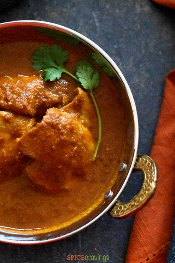 Chicken pieces cooked in vindaloo curry sauce