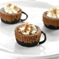 Cut little cheesecakes with hot cocoa flavor, with edible chocolate handles