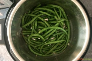 Sauteing green beans with herbs and seasoning