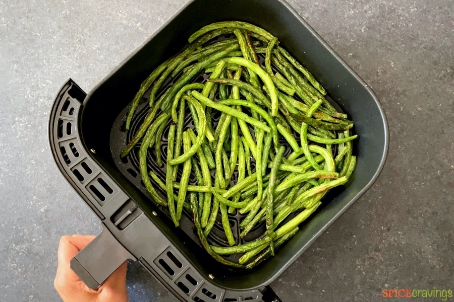 finished green beans in air fryer basket
